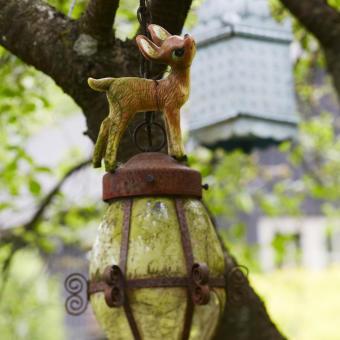 rostig lykta i träd bambi rådjur