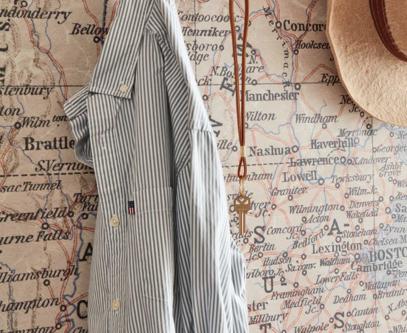 hall tapet med mönster och skjorta på krok